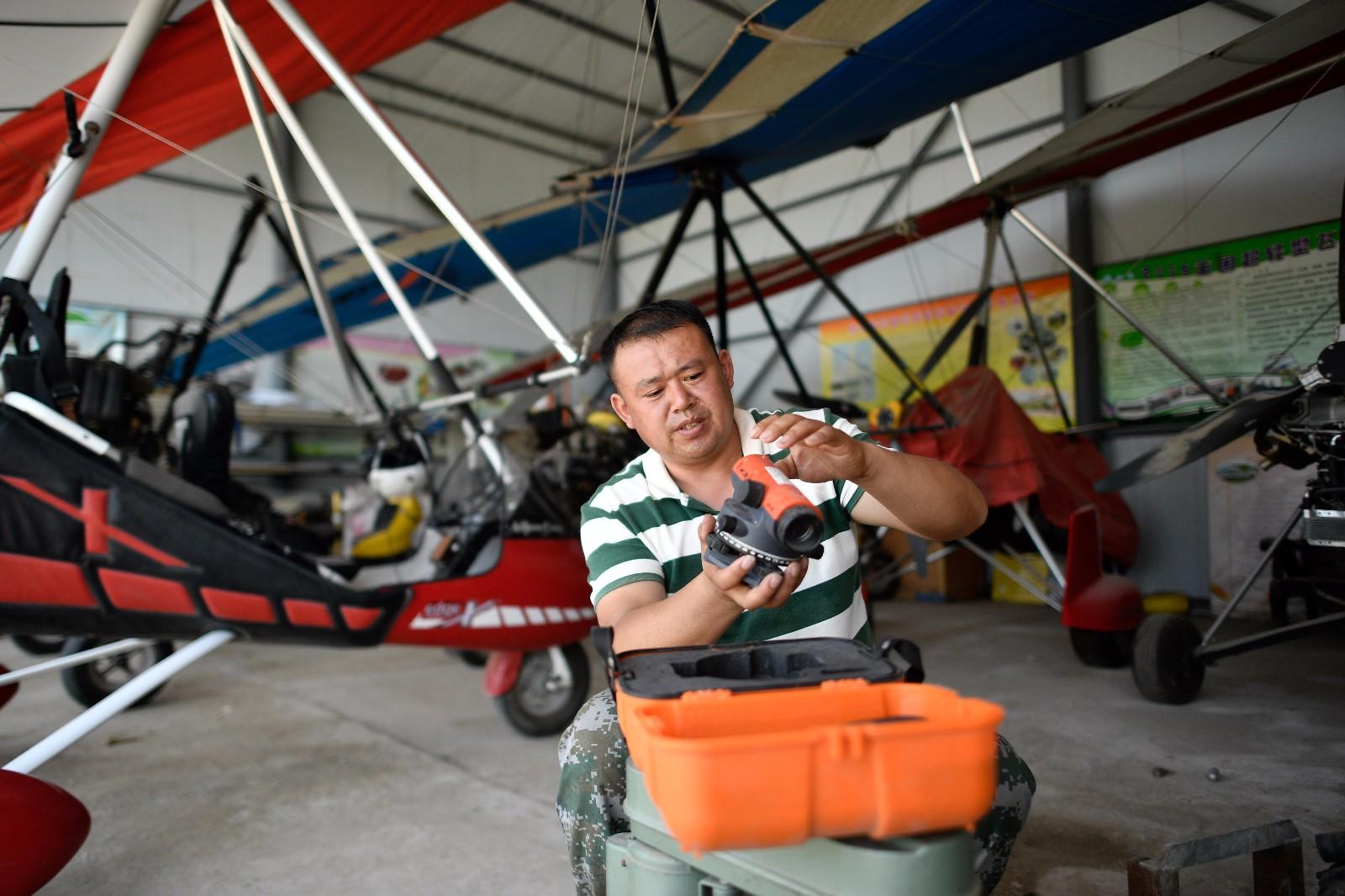 刘亦兵在飞行营地对飞行设备进行维护(6月21日摄)。
