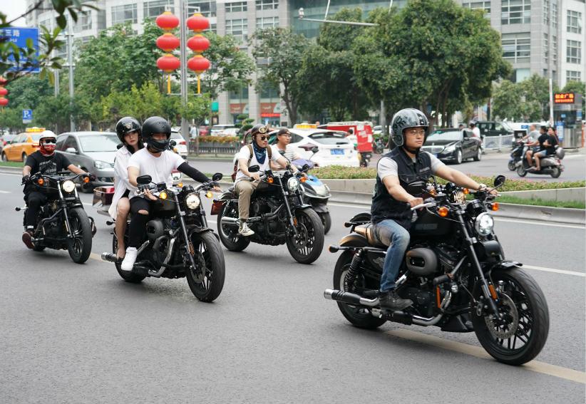 一个摩托车队行驶在西安市区街头。