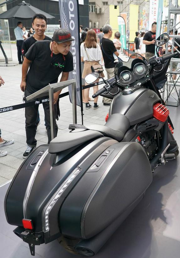 观众在西安市高新区举行的摩托车文化节上参观一款摩托车。