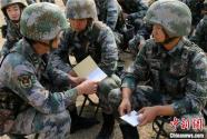 陆军第71集团军某新兵团组织新兵进行首次实弹射击训练