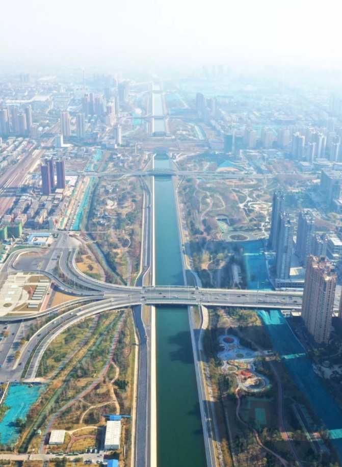 """南水北調中線干渠焦作城區段大部分不是挖出來的,而是壘出來的河道,被稱作""""人造懸河""""。 新華社記者 馮大鵬攝"""