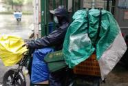 """暴雨中的坚守 武汉邮政""""封控区""""里服务不停歇"""